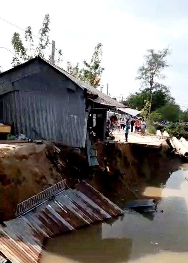 """Sóc Trăng: Thêm 3 nhà dân bị """"nuốt"""" xuống sông - 1"""