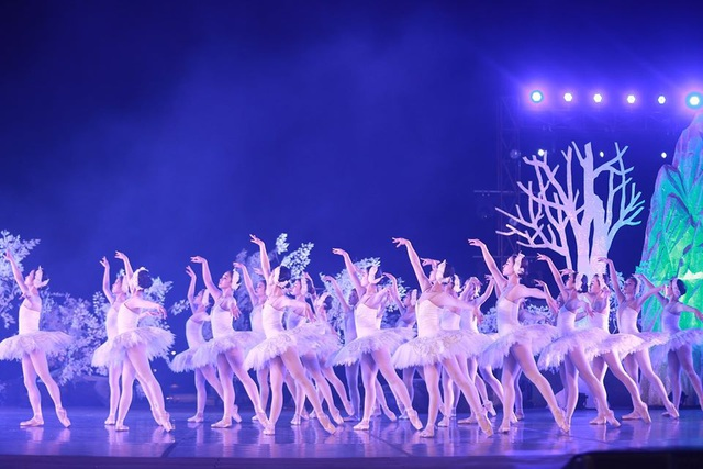 Vở múa kinh điển Hồ Thiên Nga tái xuất ấn tượng với khán giả Việt Nam giữa hồ Ecopark - 1