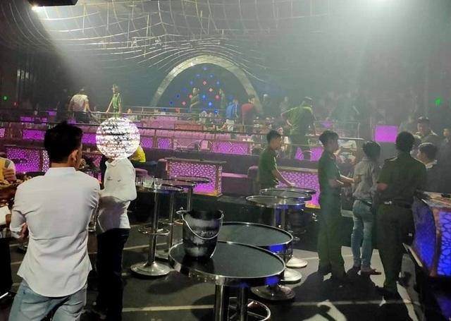 Đột kích quán karaoke, phát hiện tiếp viên nữ khỏa thân trong phòng hát - 2