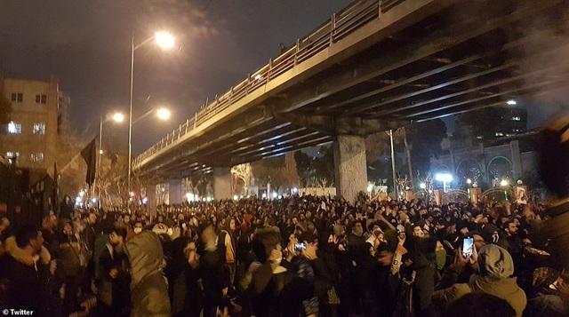 Người Iran biểu tình đòi lãnh đạo từ chức sau vụ bắn nhầm máy bay - 4