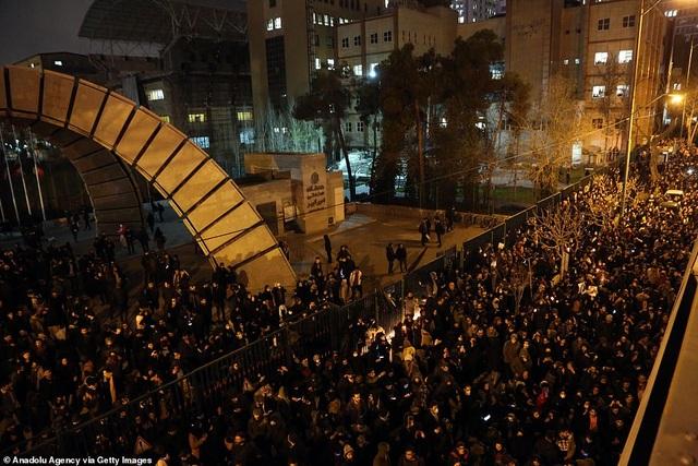 Người Iran biểu tình đòi lãnh đạo từ chức sau vụ bắn nhầm máy bay - 1
