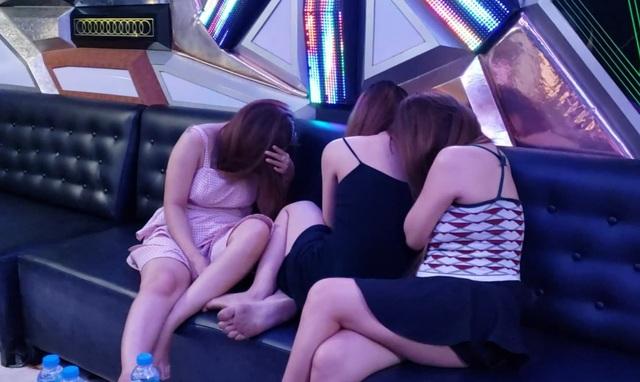 Đột kích quán karaoke, phát hiện tiếp viên nữ khỏa thân trong phòng hát - 1