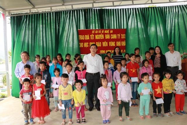 Ngành Giáo dục Nghệ An tặng quà Tết cho học sinh, giáo viên miền núi cao - 1