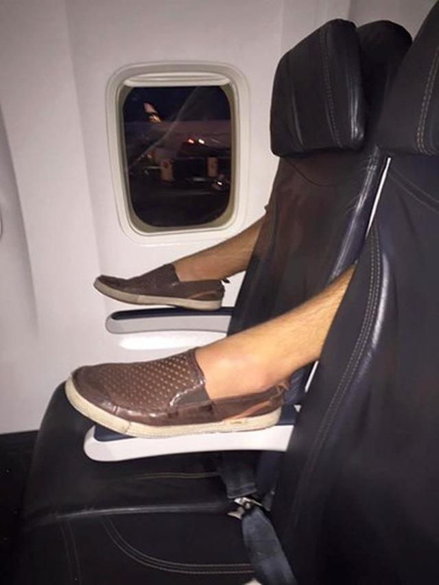 Nữ hành khách dùng chân vuốt màn hình ti vi trên máy bay - 3