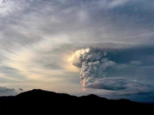 Núi lửa Philippines phun tro bụi cao 1 km, 8.000 dân được lệnh sơ tán - 2