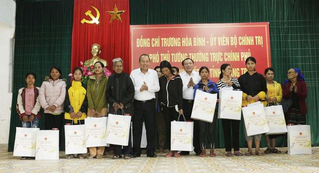 Phó Thủ tướng tặng quà Tết cho người dân 2 huyện miền núi - 1