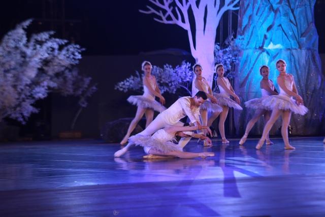 Vở múa kinh điển Hồ Thiên Nga tái xuất ấn tượng với khán giả Việt Nam giữa hồ Ecopark - 11