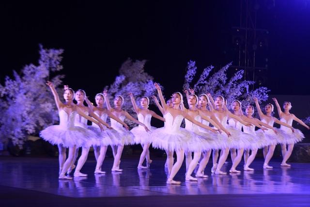 Vở múa kinh điển Hồ Thiên Nga tái xuất ấn tượng với khán giả Việt Nam giữa hồ Ecopark - 7