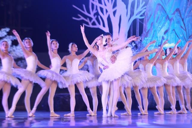 Vở múa kinh điển Hồ Thiên Nga tái xuất ấn tượng với khán giả Việt Nam giữa hồ Ecopark - 9