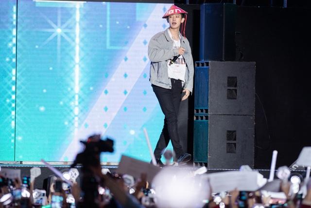 """""""2020 K-Pop Super Concert"""": Người hâm mộ đội mưa cuồng nhiệt cổ vũ thần tượng  - 9"""