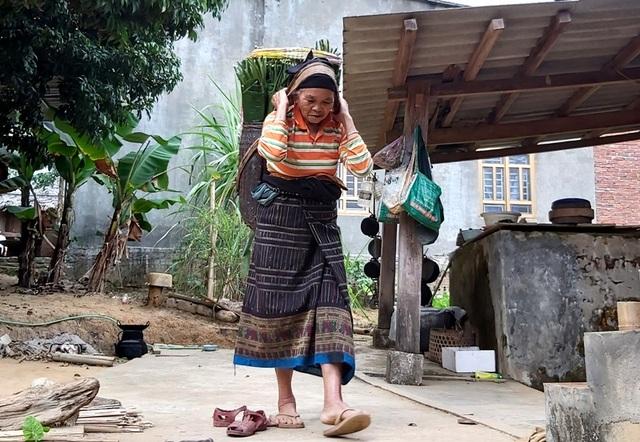 Thanh Hoá: Cận Tết, nhiều cụ bà gần 70 tuổi vẫn băng rừng, lội suối hái lá dong - 4
