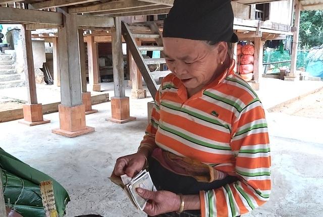 Thanh Hoá: Cận Tết, nhiều cụ bà gần 70 tuổi vẫn băng rừng, lội suối hái lá dong - 10