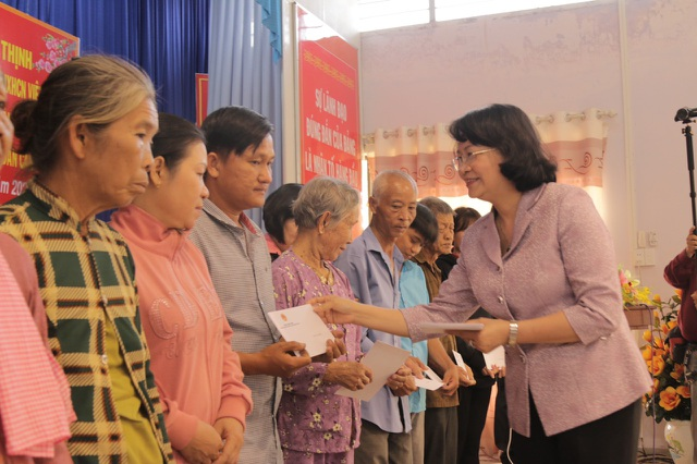 Phó Chủ tịch nước Đặng Thị Ngọc Thịnh tặng quà tết các gia đình chính sách tại Long An - 2