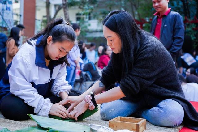 Học sinh trường Lương Thế Vinh gói 1.250 bánh chưng tặng người nghèo - 1