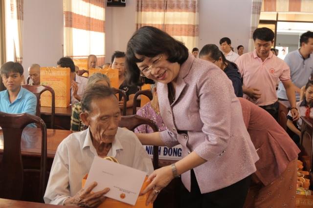 Phó Chủ tịch nước Đặng Thị Ngọc Thịnh tặng quà tết các gia đình chính sách tại Long An - 1