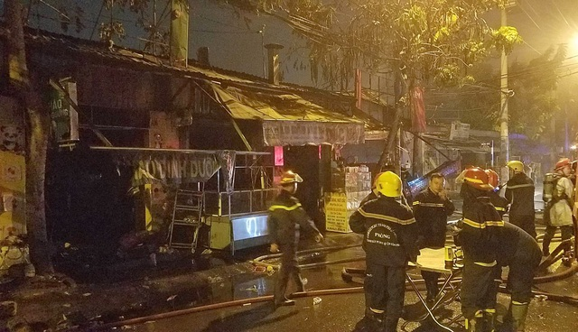 Cháy 1 căn nhà và 9 ki ốt, nhiều tài sản bị thiêu rụi - 1