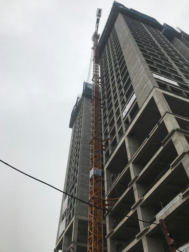 Hà Nội: Cần cẩu tháp khổng lồ đổ sập khi đang được tháo dỡ - 4