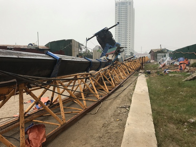 Hà Nội: Cần cẩu tháp khổng lồ đổ sập khi đang được tháo dỡ - 1