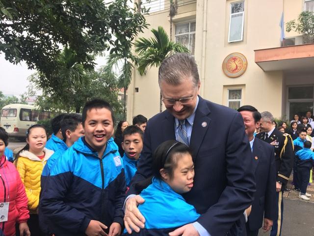 Đại sứ Mỹ thăm các cựu chiến binh, trẻ khuyết tật ở ngôi làng đặc biệt - 2