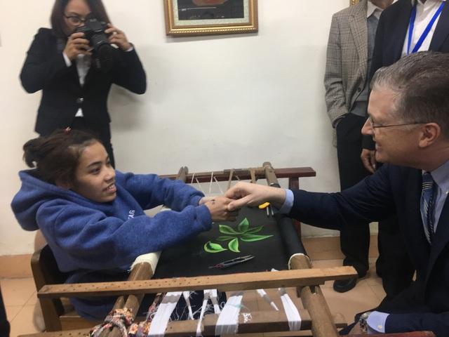 Đại sứ Mỹ thăm các cựu chiến binh, trẻ khuyết tật ở ngôi làng đặc biệt - 8