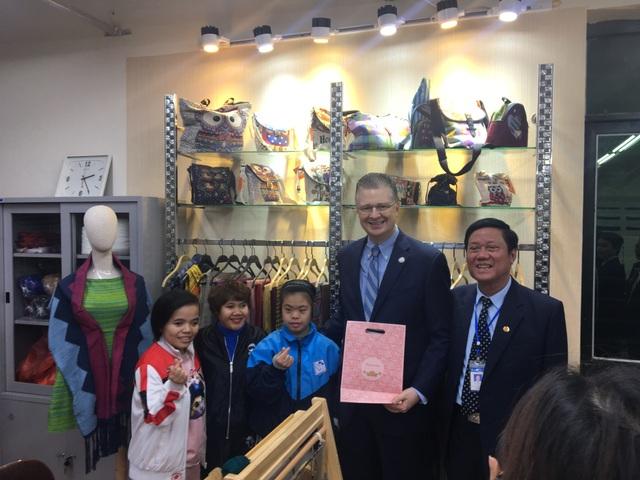 Đại sứ Mỹ thăm các cựu chiến binh, trẻ khuyết tật ở ngôi làng đặc biệt - 7