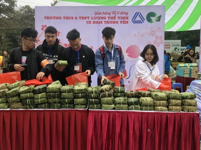 Học sinh trường Lương Thế Vinh gói 1.250 bánh chưng tặng người nghèo - 2