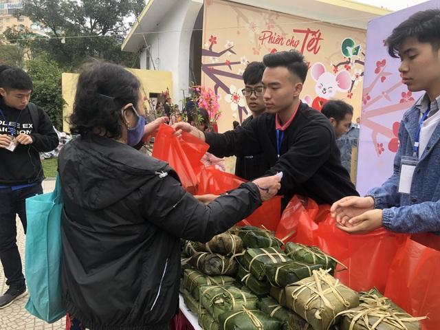 Học sinh trường Lương Thế Vinh gói 1.250 bánh chưng tặng người nghèo - 4