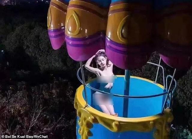 Khỏa thân uốn éo ở công viên, cô gái xinh đẹp bị bắt giữ - 2