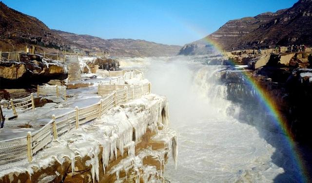 Khoảnh khắc ngoạn mục hơn 20 km sông Hoàng Hà đóng băng trắng xóa - 1
