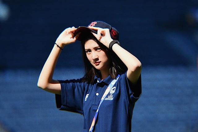 Nữ trợ lý phiên dịch xinh đẹp của U23 Việt Nam ở Thái Lan - 1