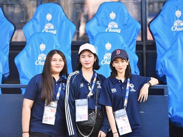 Nữ trợ lý phiên dịch xinh đẹp của U23 Việt Nam ở Thái Lan - 2