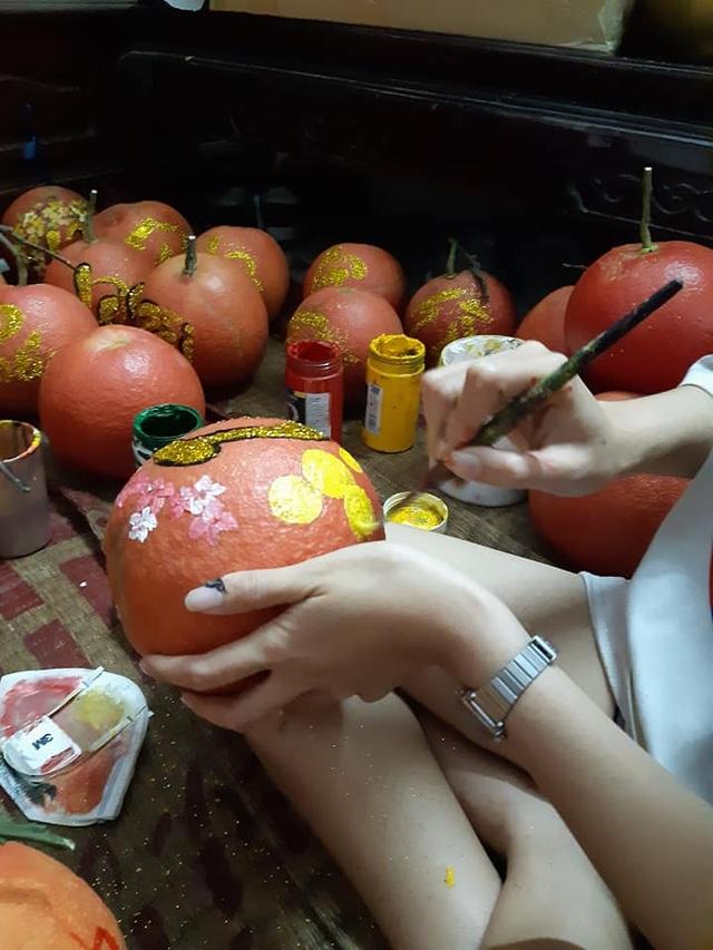 Buôn bưởi ế ẩm, thuê người vẽ chi chít lên quả lại đắt như tôm tươi - 1