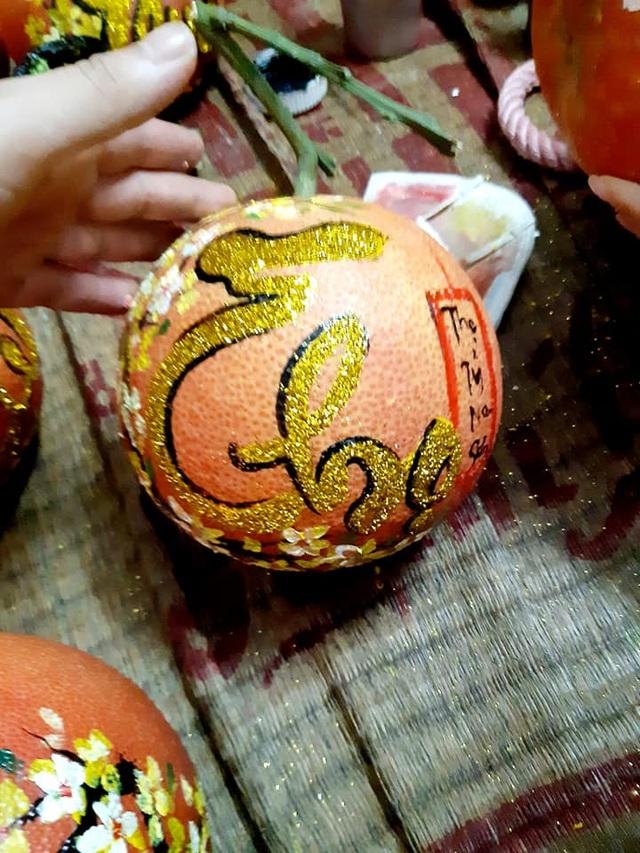 Buôn bưởi ế ẩm, thuê người vẽ chi chít lên quả lại đắt như tôm tươi - 4
