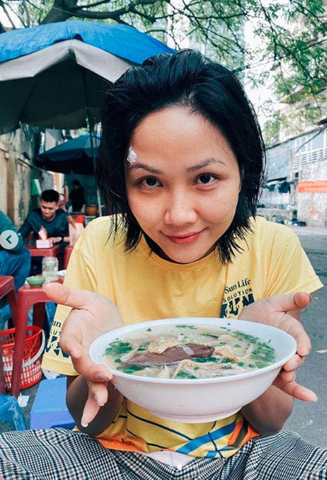 """Tăng Thanh Hà, Hoa hậu H'Hen Niê """"lê la"""" quán xá vỉa hè khi ra Hà Nội - 1"""
