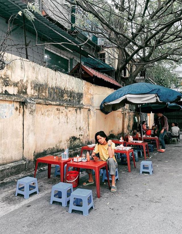 """Tăng Thanh Hà, Hoa hậu H'Hen Niê """"lê la"""" quán xá vỉa hè khi ra Hà Nội - 2"""