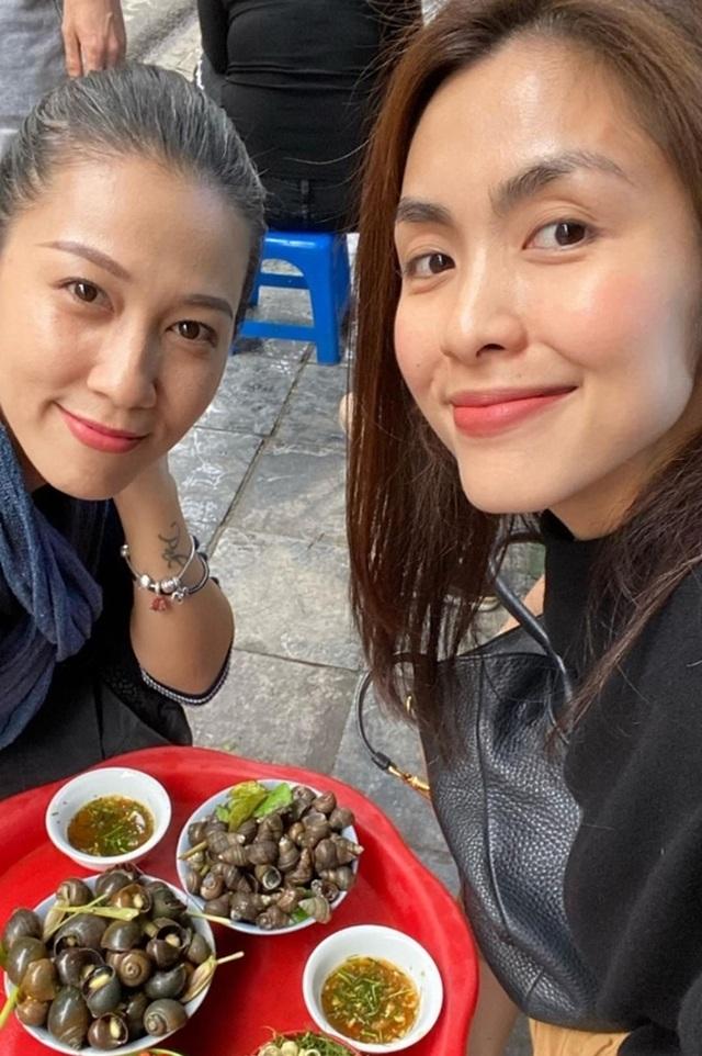 """Tăng Thanh Hà, Hoa hậu H'Hen Niê """"lê la"""" quán xá vỉa hè khi ra Hà Nội - 4"""