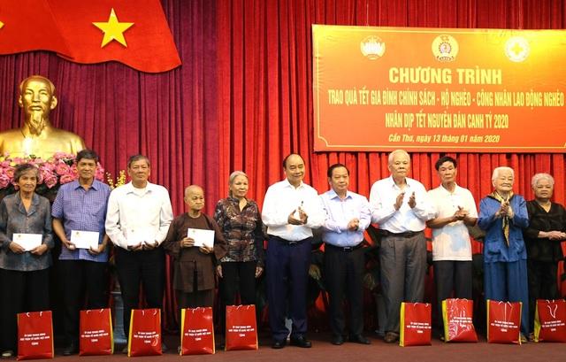 Thủ tướng chúc Tết, trao quà tại Cần Thơ - 3