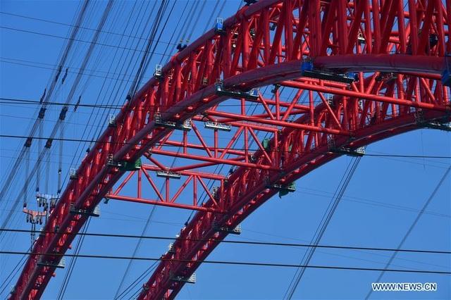 Trung Quốc lập kỷ lục chỉ mất 90 ngày hoàn thiện thi công phần vòm ở cầu vượt sông - 2