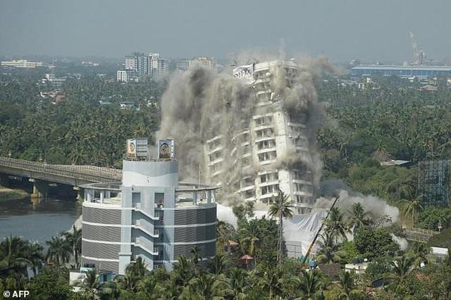 Ấn Độ đánh sập tòa nhà 19 tầng vì xây dựng trái phép - 1