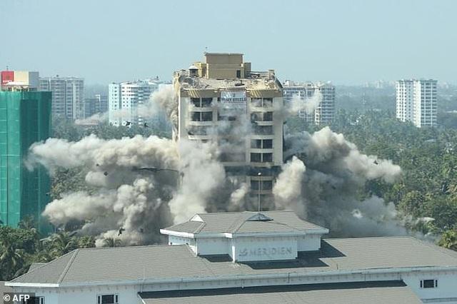 Ấn Độ đánh sập tòa nhà 19 tầng vì xây dựng trái phép - 2