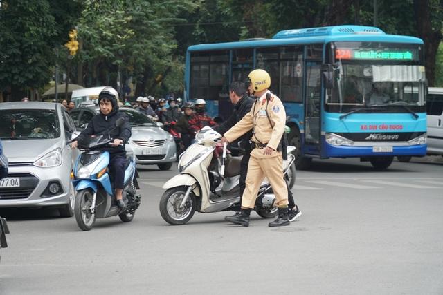 Hà Nội: Nể nang chén rượu tất niên, lái xe bị tước giấy phép 17 tháng - 1