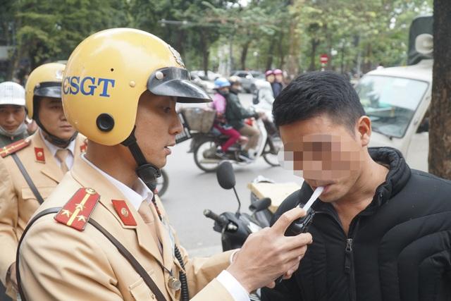 Hà Nội: Nể nang chén rượu tất niên, lái xe bị tước giấy phép 17 tháng - 2