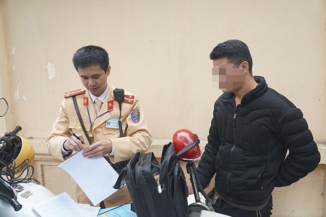 Hà Nội: Nể nang chén rượu tất niên, lái xe bị tước giấy phép 17 tháng - 4