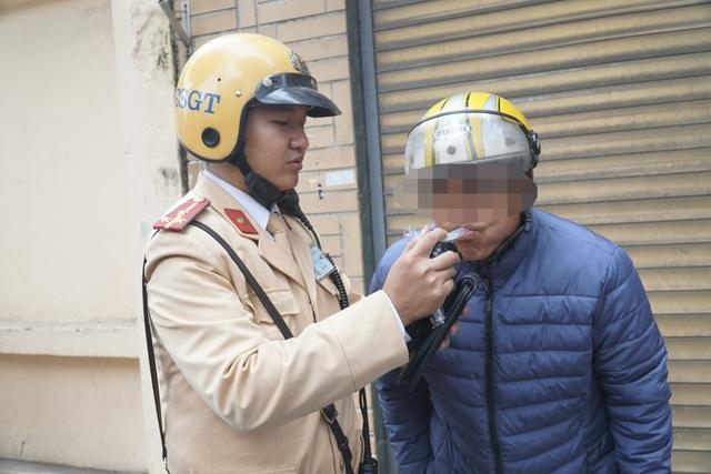 Hà Nội: Nể nang chén rượu tất niên, lái xe bị tước giấy phép 17 tháng - 5