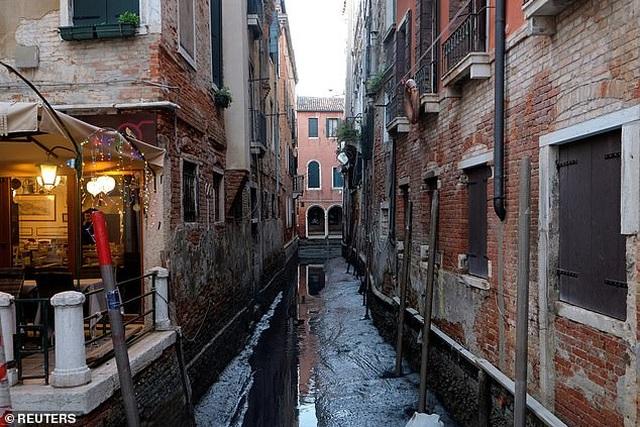 """Hết ngập lụt lại đến khô hạn, """"thánh đường du lịch"""" Venice khốn khổ vì... nước - 1"""