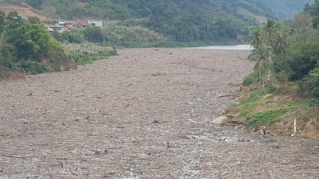 Bãi rác khổng lồ trên mặt hồ thủy điệnlớn nhất Bắc trung Bộ - 9