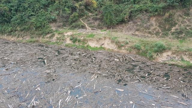 Bãi rác khổng lồ trên mặt hồ thủy điệnlớn nhất Bắc trung Bộ - 1