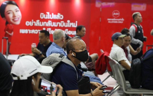 U23 Việt Nam chạm trán U23 Triều Tiên ở sân bay về Bangkok - 2