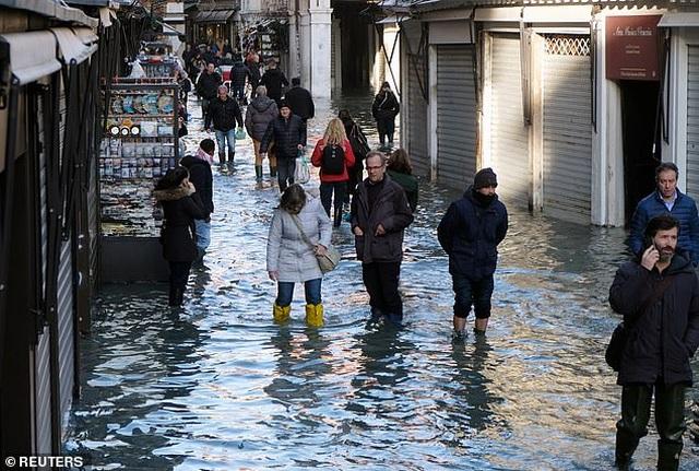 """Hết ngập lụt lại đến khô hạn, """"thánh đường du lịch"""" Venice khốn khổ vì... nước - 6"""