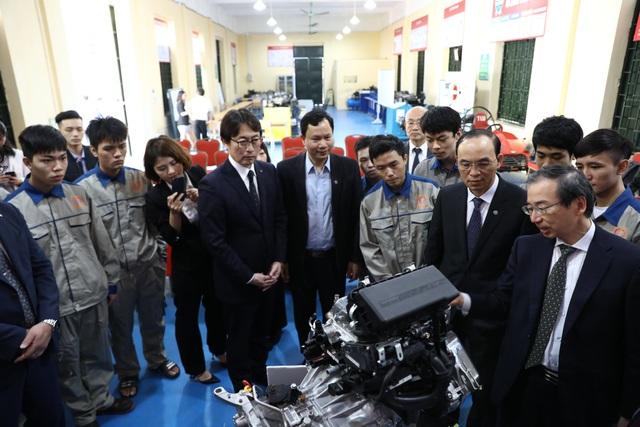 Nhật bản trao tặng mô hình động cơ và hộp số ô tô cho Trường Đại học Thủy lợi - 2